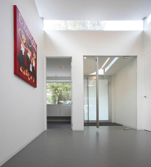 Flur & Diele von Lab32 architecten