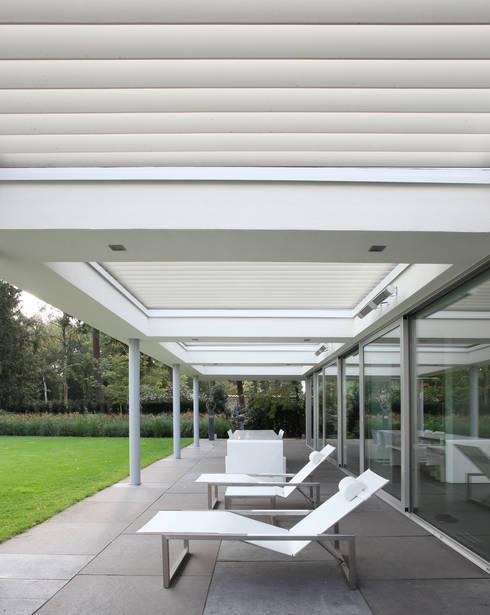 Overdekt terras met Livium shares:  Terras door Lab32 architecten