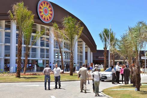 Paisagismo do Outlet Premium Salvador: Shopping Centers  por Roncato Paisagismo e Comércio de Plantas Ltda