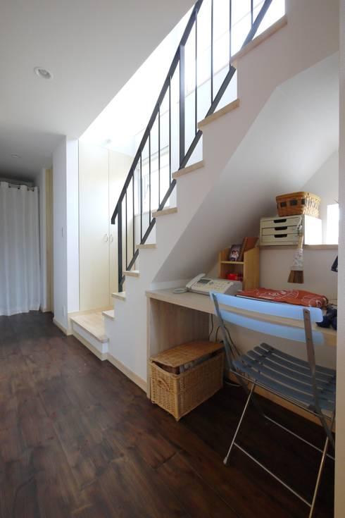 階段下も有効活用PCデスク: 池田デザイン室(一級建築士事務所)が手掛けたダイニングです。