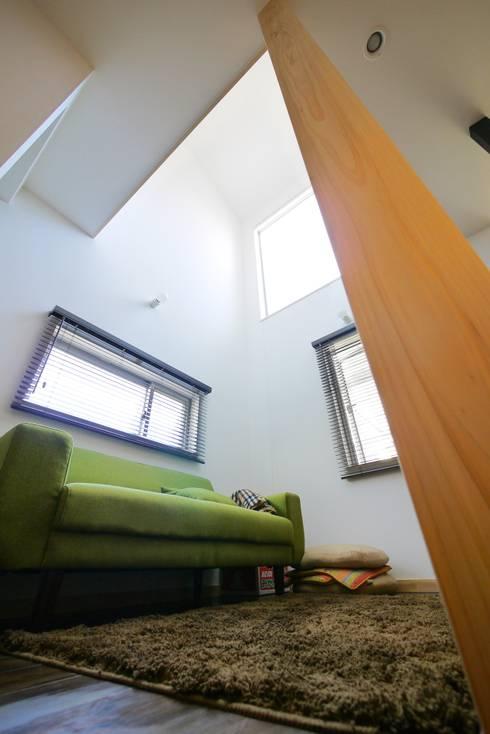 居心地のいい小さなリビング。: 池田デザイン室(一級建築士事務所)が手掛けたリビングです。