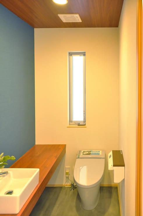 日並郷の家: 株式会社アトリエカレラが手掛けた浴室です。