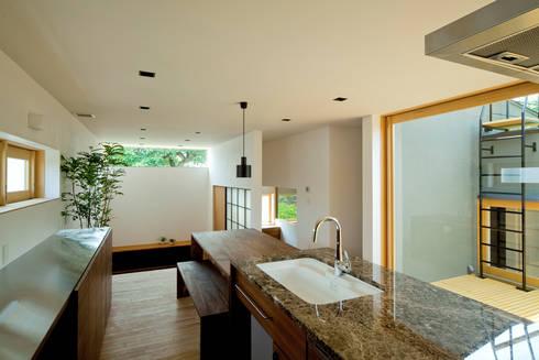 ミドリノイエ: group-scoop architectural design studioが手掛けたリビングです。