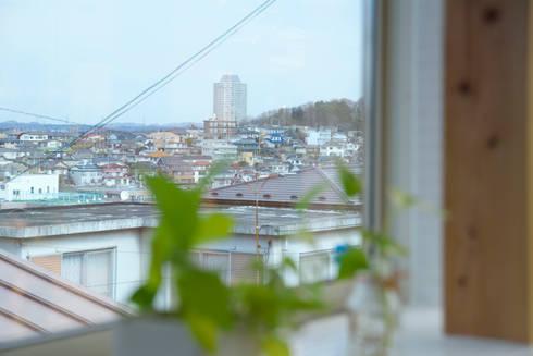 キッチンスペースの出窓から見える景色: 株式会社 建築工房零が手掛けた窓です。