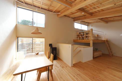 自然素材と自然エネルギーを利活用した住まい: 株式会社 建築工房零が手掛けたダイニングです。