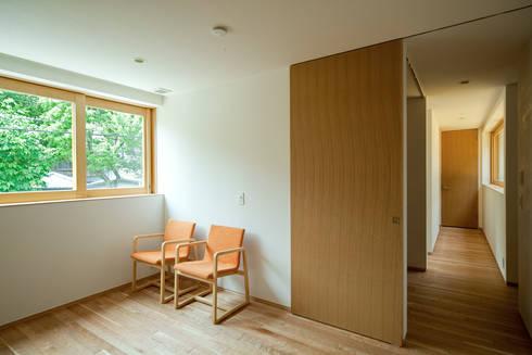 ミドリノイエ: group-scoop architectural design studioが手掛けた寝室です。