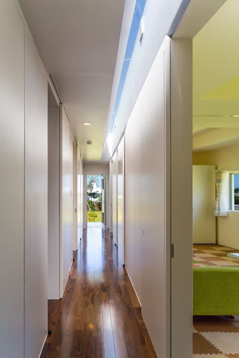廊下: 建築工房 亥が手掛けた廊下 & 玄関です。