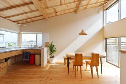 最も心地の良い場所にキッチンとダイニングスペースを配置: 株式会社 建築工房零が手掛けたダイニングルームです。