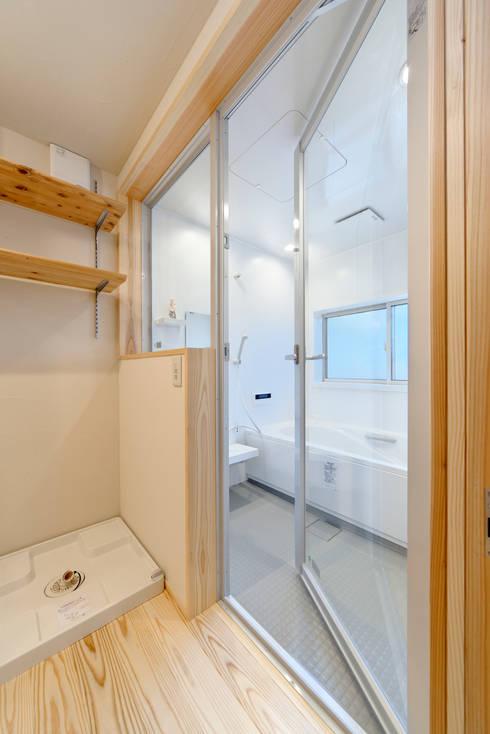 シンプルで開放感のある浴室: 株式会社 建築工房零が手掛けた浴室です。