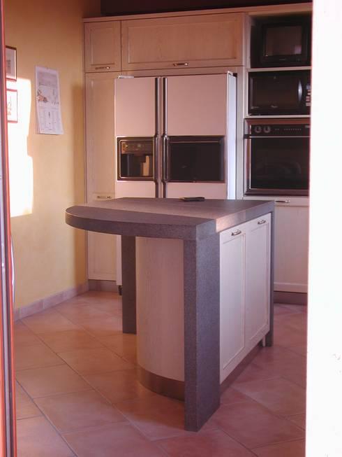 Cucina con isola: Cucina in stile in stile Classico di CORDEL s.r.l.