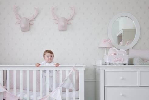 Pokój dziewczynki w subtelnym pudrowym różu: styl , w kategorii Pokój dziecięcy zaprojektowany przez Caramella