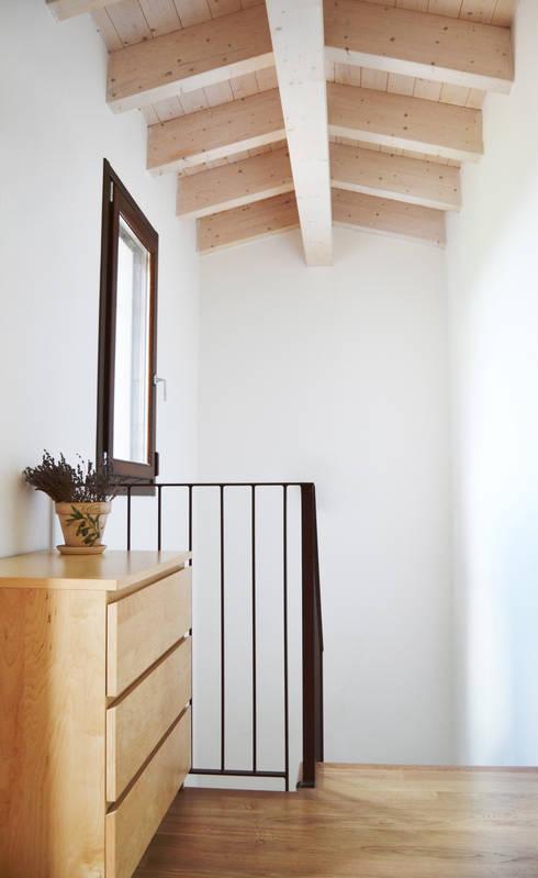 DOSER CASAMIA: Ingresso & Corridoio in stile  di Doser S.p.A.