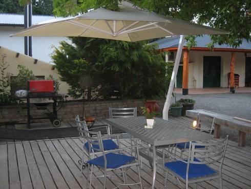 Sombrilla Lateral Cuadrada: Jardines de estilo moderno por EL MAITEN