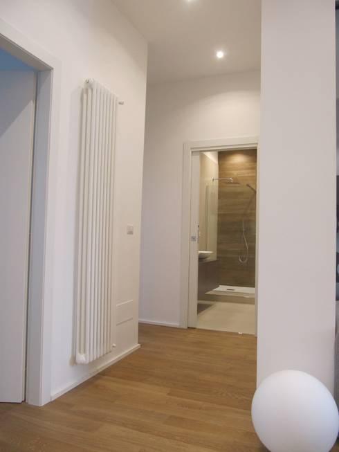 Progetto appartamento in Milano - 2015: Ingresso & Corridoio in stile  di Cozzi Arch. Mauro