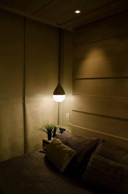 Iluminação cabeceira: Quarto  por Paula Werneck Arquitetura