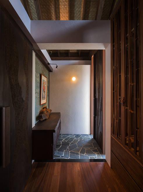 座喜味のヴィラ: 岡部義孝建築設計事務所が手掛けた壁です。