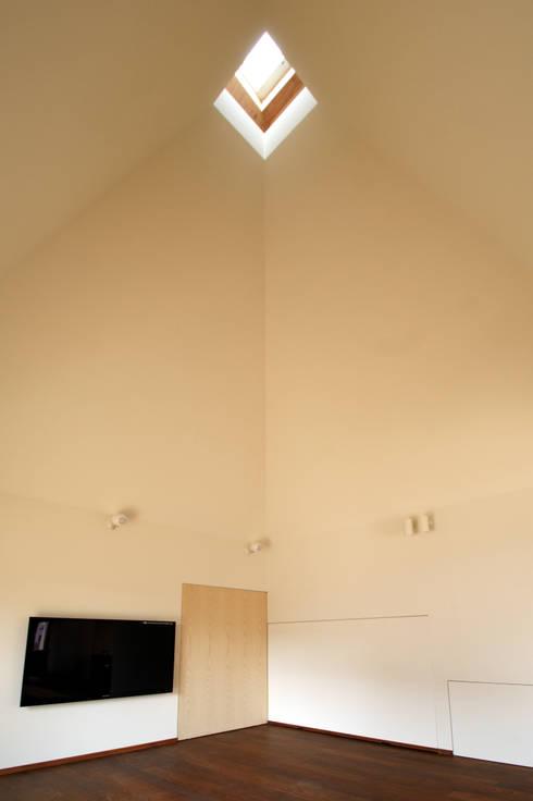 居間: 塔本研作建築設計事務所が手掛けたリビングです。