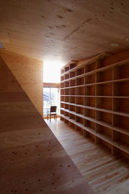 2階図書室: 塔本研作建築設計事務所が手掛けた和室です。