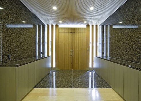 内玄関: 株式会社 間瀬己代治設計事務所が手掛けた窓です。