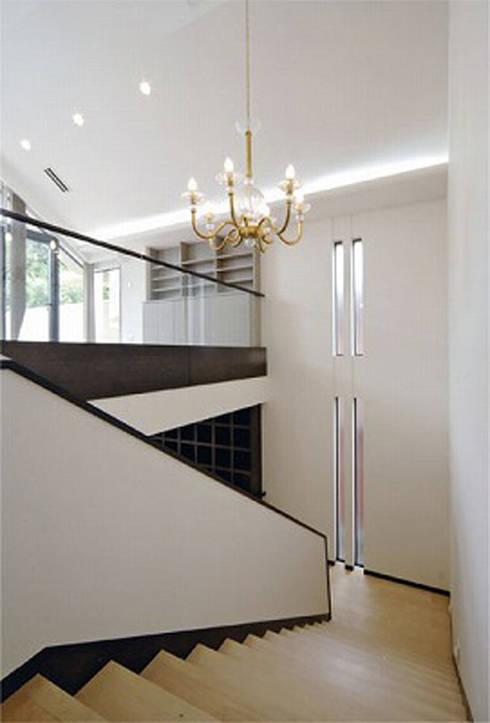階段: 株式会社 間瀬己代治設計事務所が手掛けた廊下 & 玄関です。