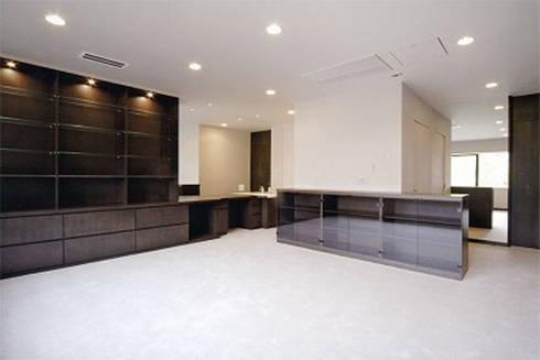 寝室: 株式会社 間瀬己代治設計事務所が手掛けた寝室です。
