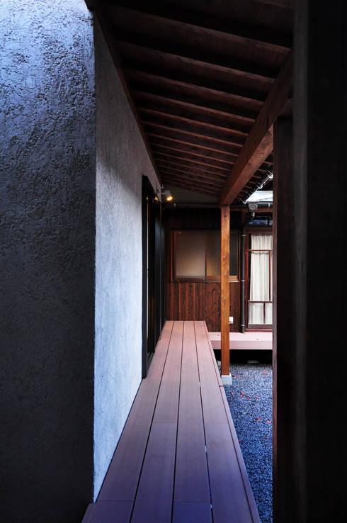 黒川の家: 株式会社アトリエカレラが手掛けたベランダです。
