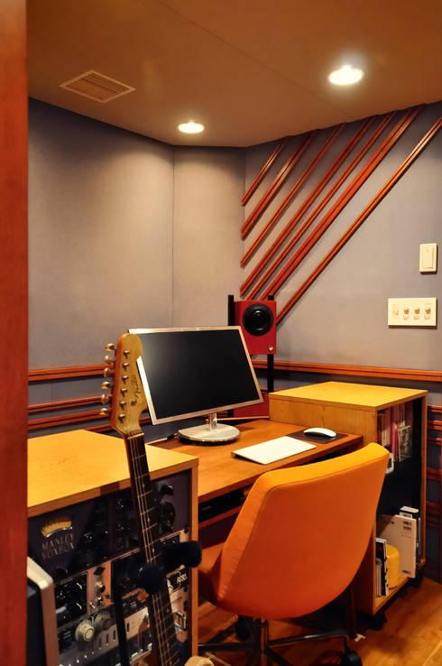 黒川の家: 株式会社アトリエカレラが手掛けた書斎です。