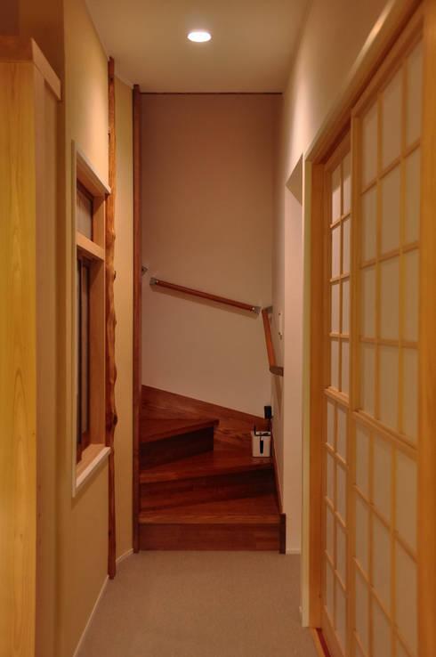 黒川の家: 株式会社アトリエカレラが手掛けた廊下 & 玄関です。