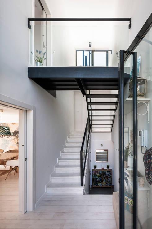 Vestíbulo de acceso, escalera y distribuidor: Pasillos y vestíbulos de estilo  de ariasrecalde taller de arquitectura
