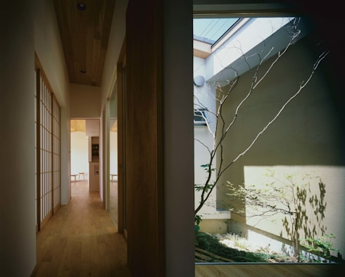 廊下と中庭: 株式会社 建築工房enが手掛けた廊下 & 玄関です。