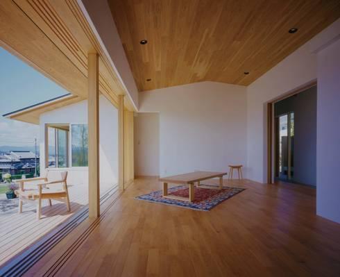 リビングと庭からの陽光: 株式会社 建築工房enが手掛けたリビングです。