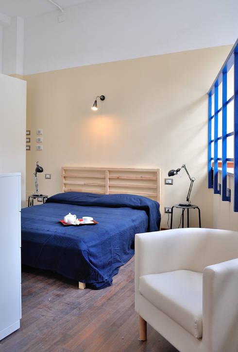 zona notte: Camera da letto in stile  di Valtorta srl