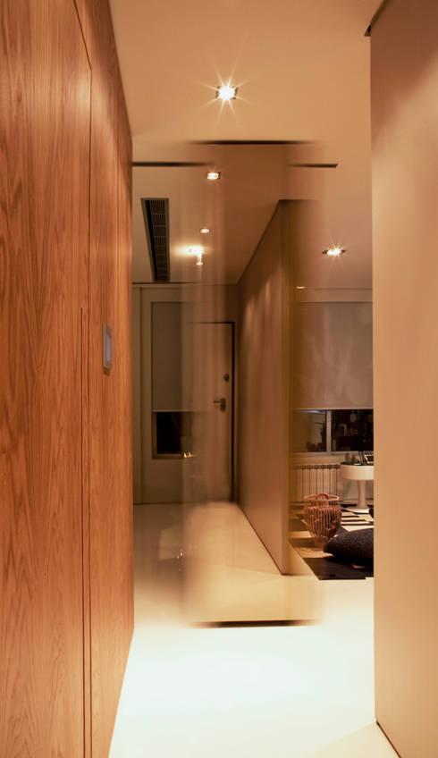 Closet House: Corredores e halls de entrada  por Consexto