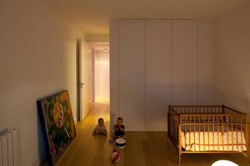 M Apartment: Quartos de criança modernos por TERNULLOMELO Architects