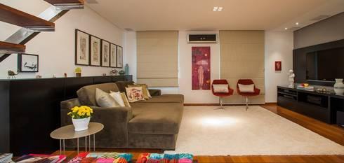 Home Theater: Salas de estar modernas por Escritório de Arquitetura e Interiores Janete Chaoui