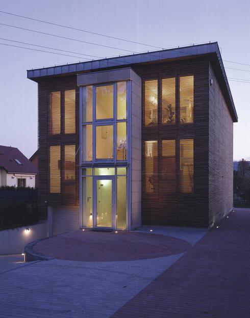 elewacja frontowa — noc: styl , w kategorii Domy zaprojektowany przez Atelier Loegler Architekci