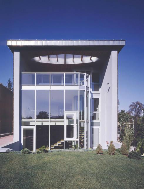 elewacja ogrodowa: styl , w kategorii Domy zaprojektowany przez Atelier Loegler Architekci
