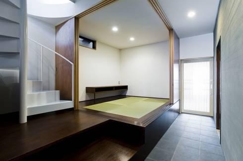 TKGA 照国町の光を取り込む家: 太田則宏建築事務所が手掛けた和室です。