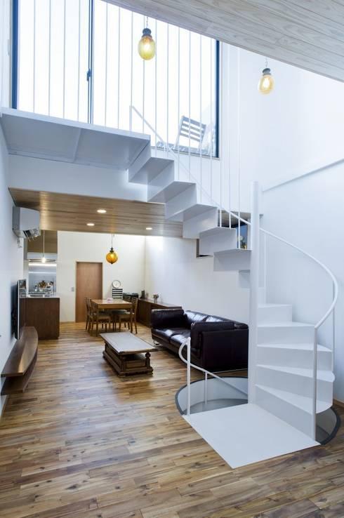 TKGA 照国町の光を取り込む家: 太田則宏建築事務所が手掛けたリビングです。