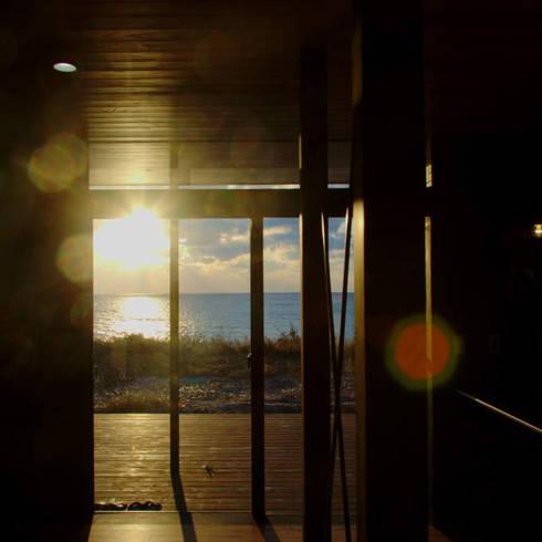 FAGK 東市来の海へ向かう家: 太田則宏建築事務所が手掛けたリビングです。
