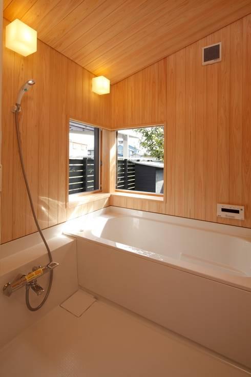 霧島の家 お風呂: 株式会社 住まいずが手掛けた浴室です。