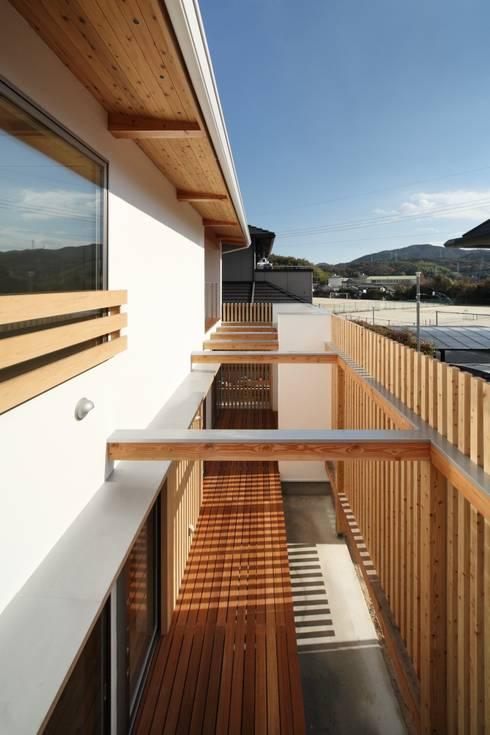長尾台の家: 吉田慎二/建築・計画ワイズスタジオが手掛けたベランダです。