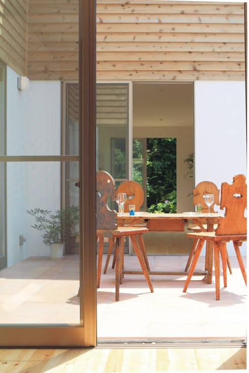 中庭を囲む家/中庭: アトリエ・ノブリル一級建築士事務所が手掛けた庭です。