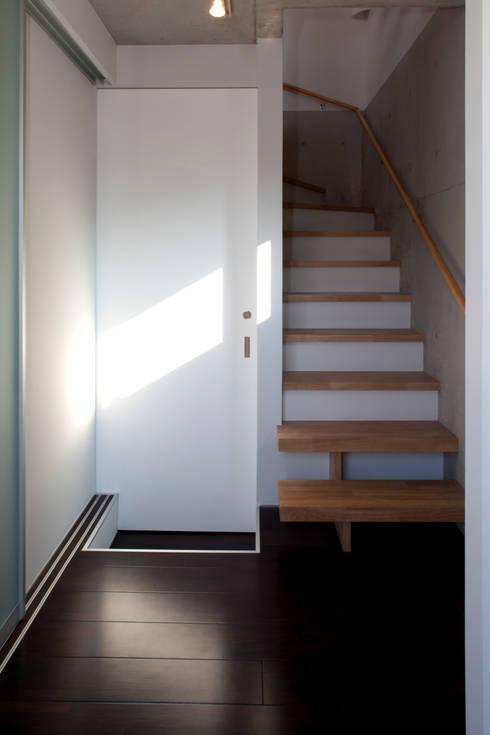 目黒の家/階段: アトリエ・ノブリル一級建築士事務所が手掛けた廊下 & 玄関です。