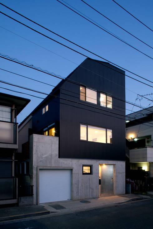 目黒の家/ファサード夜景: アトリエ・ノブリル一級建築士事務所が手掛けた家です。