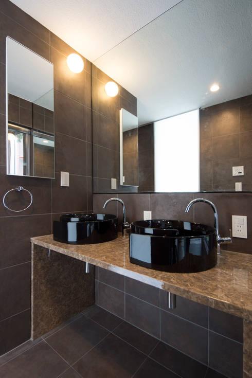 T-HOUSE/BODY ROOM: アトリエ・ノブリル一級建築士事務所が手掛けた浴室です。