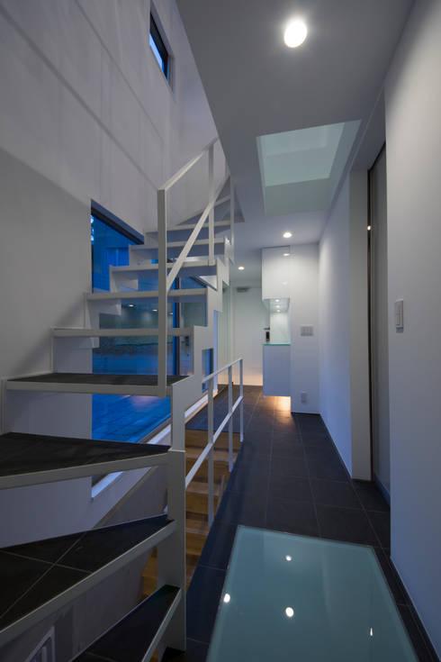 T-HOUSE/エントランスホール夜景: アトリエ・ノブリル一級建築士事務所が手掛けた廊下 & 玄関です。