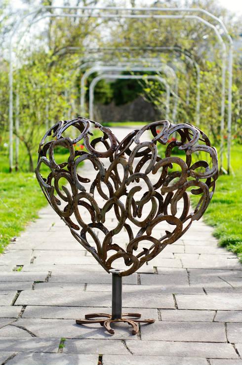 Herz 3D aus Hufeisen: rustikaler Garten von HufeisenGlück