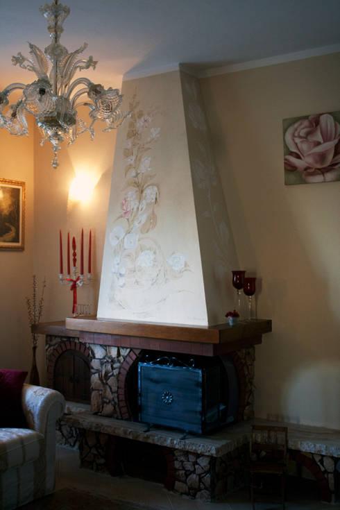 Camino dipinto: Soggiorno in stile  di ELISA POSSENTI ART