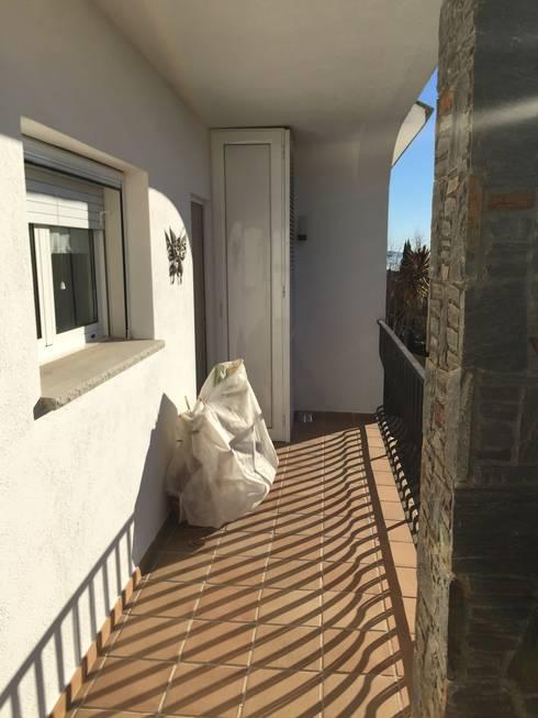 ANTES Balcon desaprovechado:  de estilo  de RENOVA INTERIORS